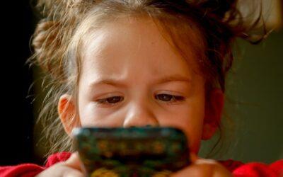 """#OchrońmyDzieci przed""""pandemią smartfonów"""""""